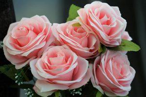 Jak odświeżyć sztuczne kwiaty? To nie takie trudne!